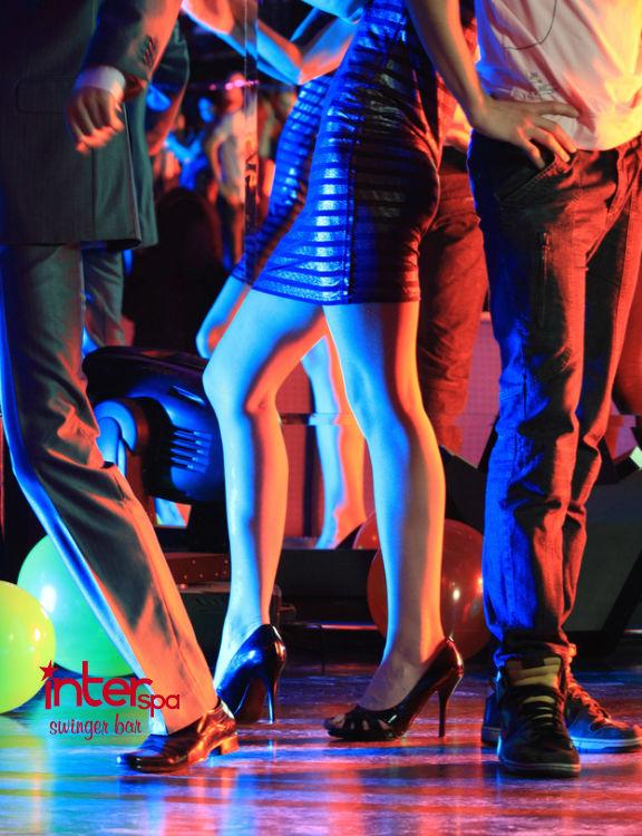 Garantiza que tu experiencia en un bar swinger sea placentera llevando todo lo que puedas necesitar.