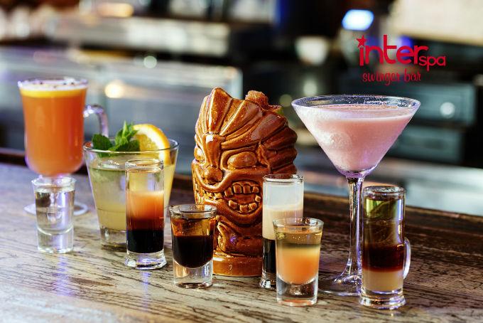 Disfruta de la mejor experiencia en un bar swinger con el trago adecuado.
