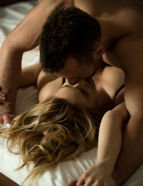 Hablar mucho o pedir constante aprobación son algunas de las cosas que debes evitar durante el sexo.
